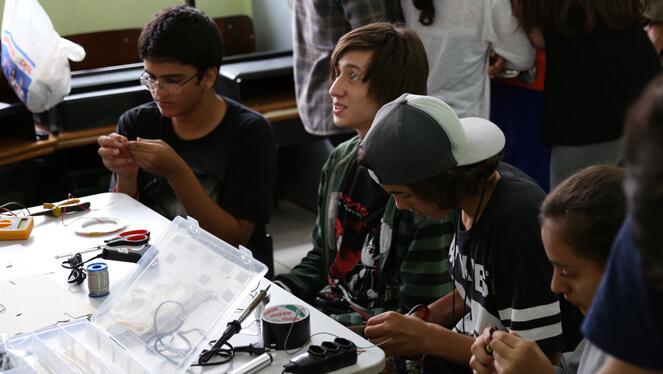 Estudantes recebendo instruções sobre eletrônica