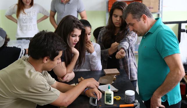 Estudantes recebendo informações sobre marcenaria