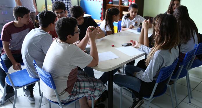Estudantes planejando tarefas durante o lite maker