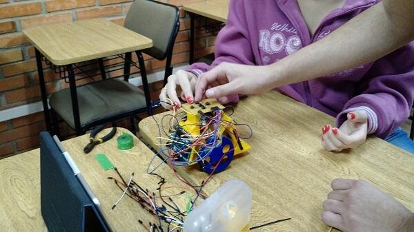 montagem de um brinquedo de programar pelos estudantes do ensino médio